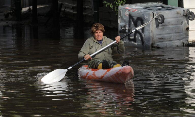 Γυναίκα κάνει καγιάκ σε πλημμυρισμένο δρόμο στον Κολωνό και τα «χώνει» στον Μπακογιάννη!