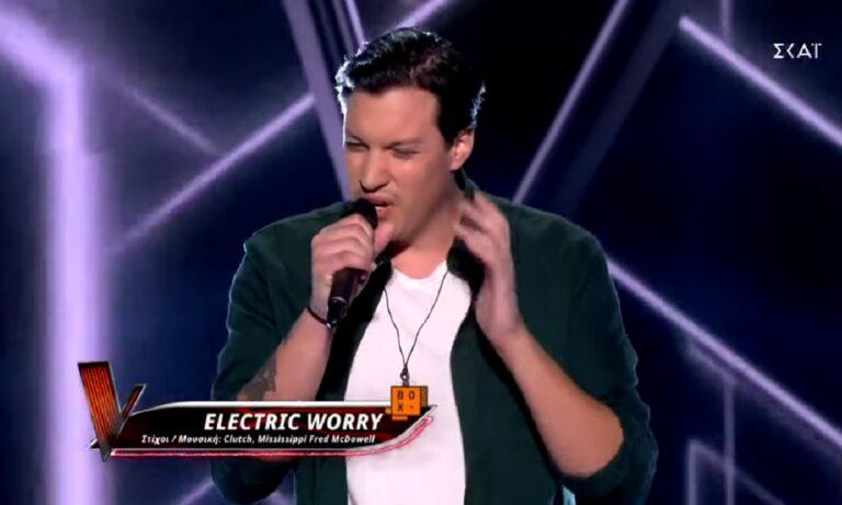Ο Νικόλας Αρώνης τραγουδά το Electric Worry στο The Voice
