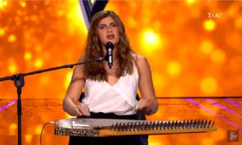 Η Δήμητρα Καλλιάρα τραγούδησε στο The Voice το «Θαλασσάκι μου», το όργανο κανονάκι για να κάνει τους τέσσερις κριτές να... υποκλιθούν.