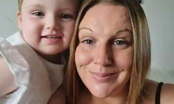 Η μικρούλα από τη Βρετανία και η μητέρα της που αγόρασαν από το ebay